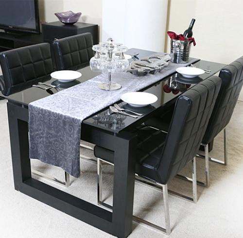 スタイリッシュなダイニングテーブル